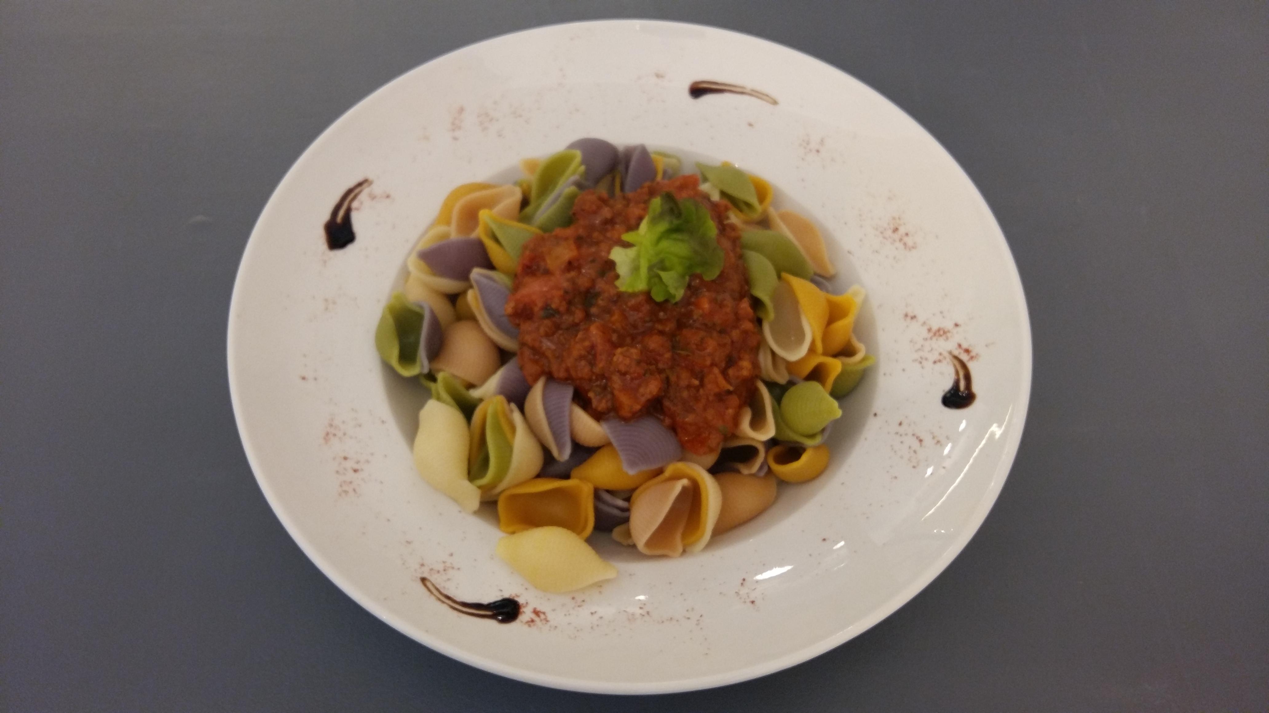 Pâtes coloré avec sa sauce restaurant place Massillon